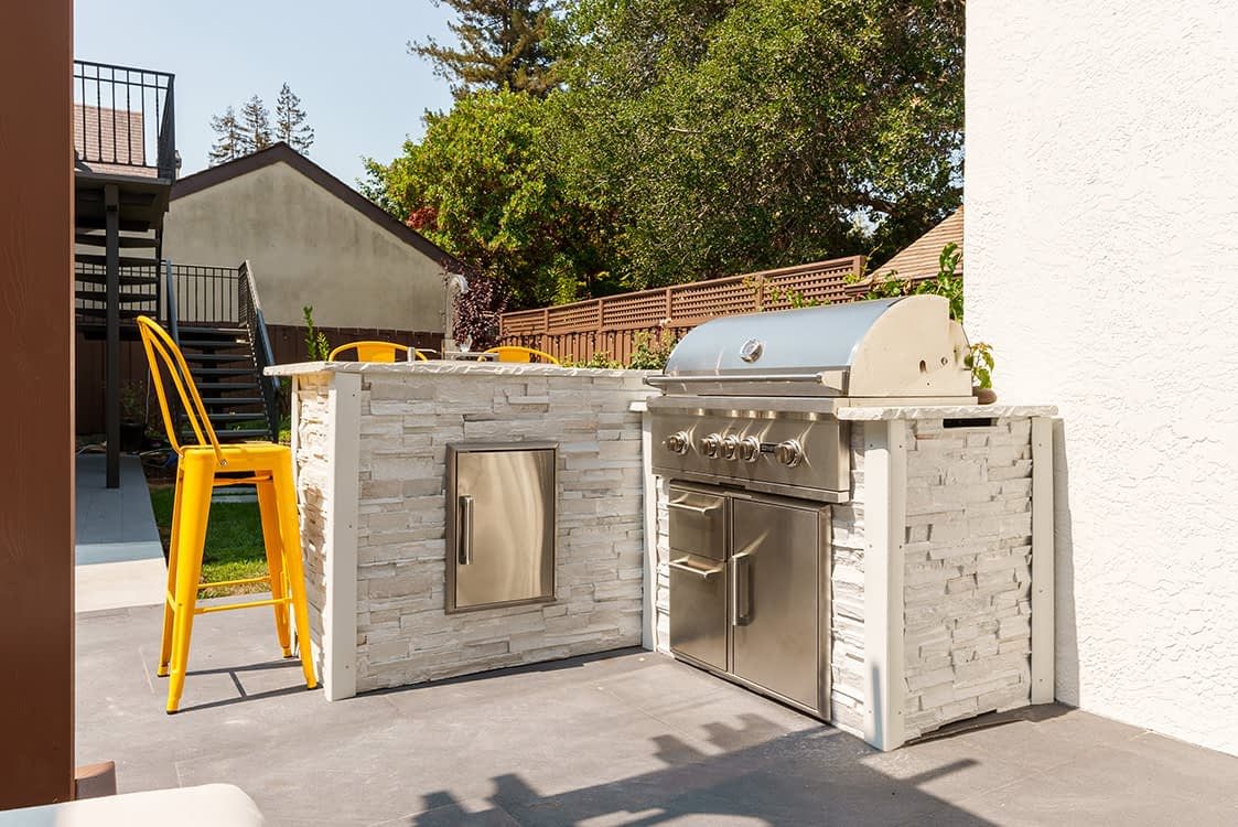 Small Outdoor Kitchen idea with a sink (1)