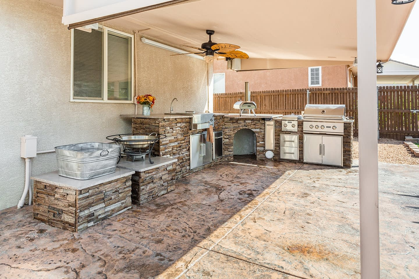 beautiful l shaped outdoor kitchen with mini pizza oven (1)