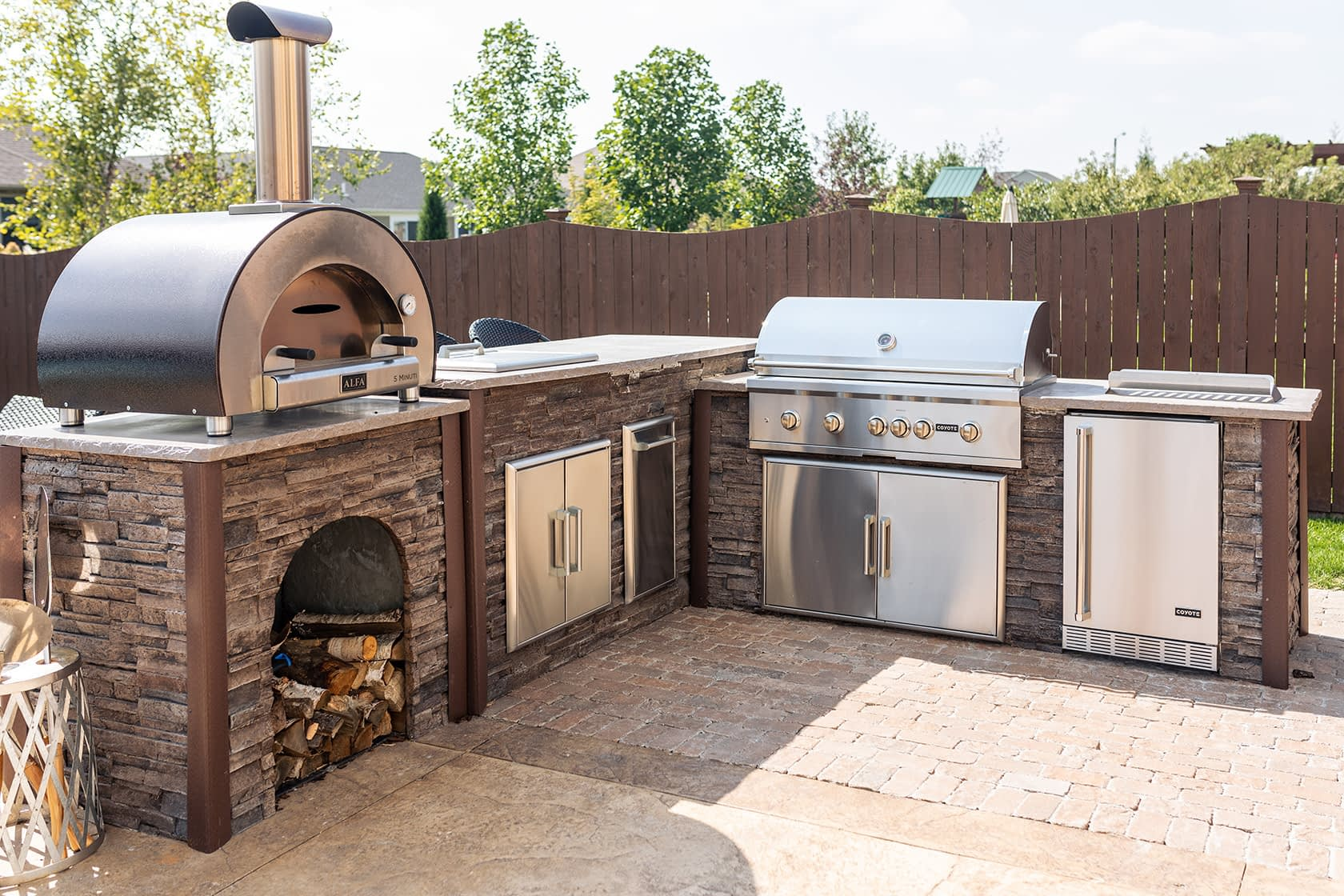 outdoor kitchen with wood fired pizza oven and fridge (1)
