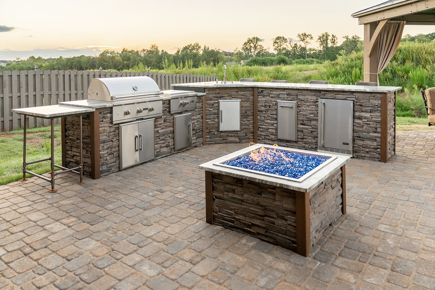 l shape outdoor kitchen idea with fire pit (1)