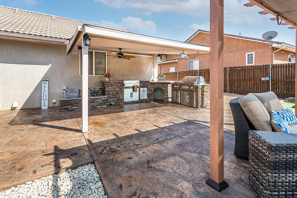 beautiful l shaped outdoor kitchen with mini pizza oven (43)